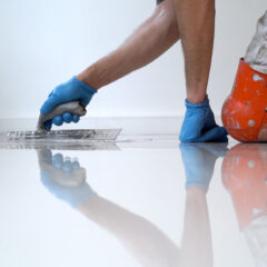 Wanneer is de cementdekvloer beloopbaar en/of droog?